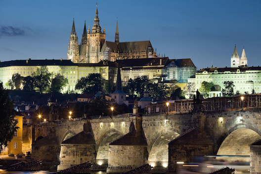Night_view_of_the_Castle_and_Charles_Bridge_Prague_-_8034.jpg